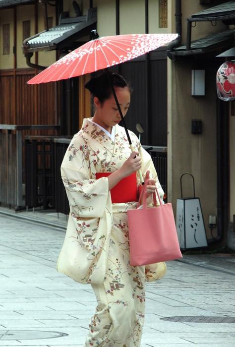kimono_lady_at_gion_kyoto-694x1024
